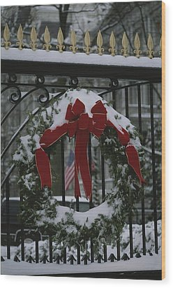 Fresh Snow Covers A Christmas Wreath Wood Print by Stephen St. John