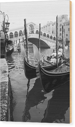 Gondole At Rialto Bridge Wood Print
