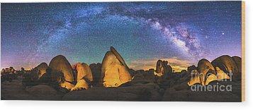 Hidden Valley Milky Way Wood Print by Robert Loe