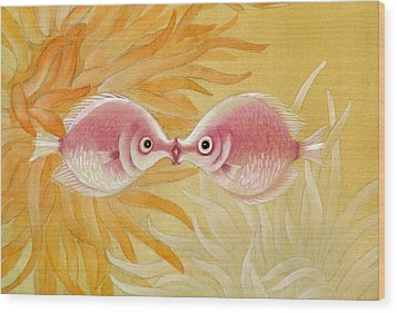 Kissing Fishes Wood Print by Ying Wong