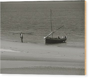 Lamu Island - Wooden Fishing Dhow Getting Unloaded - Black And White Wood Print