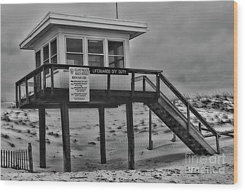 Lifeguard Station 1 In Black And White Wood Print by Paul Ward