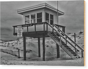 Lifeguard Station 2 In Black And White Wood Print by Paul Ward