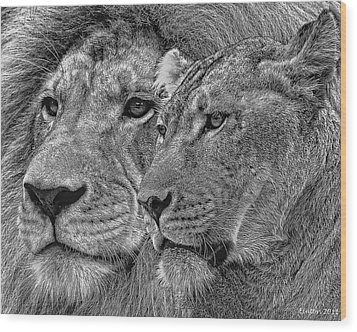 Lion King And Queen Wood Print by Larry Linton