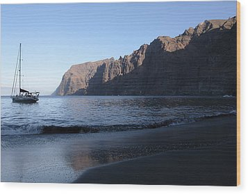 Los Gigantes Yacht Wood Print by Phil Crean