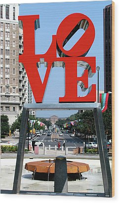 Love Sculpture In Philadelphia Wood Print by Carl Purcell