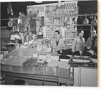 New York - Italian Grocer In The First Wood Print by Everett