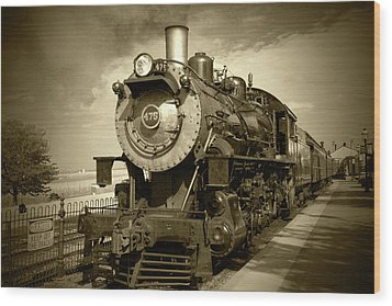 Old 475 - Bw Wood Print by Lou Ford