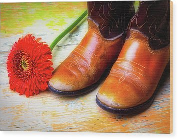 Old Boots And Daisy Wood Print by Garry Gay