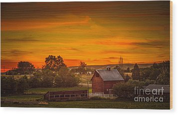 Old Red Barn Wood Print by Robert Bales