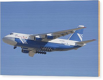 Polet Antonov An-124 Ra-82080 Landing Phoenix-mesa Gateway Airport January 14  Wood Print by Brian Lockett