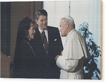 President And Nancy Reagan Meeting Wood Print by Everett