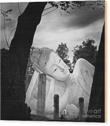 Reclining Buddha  Wood Print by Pornsak Na nakorn