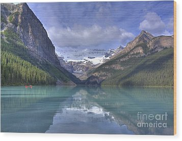 Red Canoe On Lake Louise Wood Print by Larry Whiting