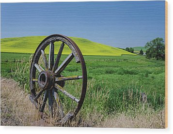 Rustic Wagon Wheel In The Palouse Wood Print by James Hammond