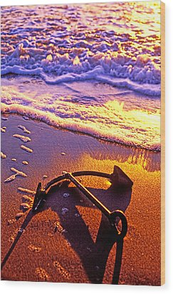 Ships Anchor On Beach Wood Print by Garry Gay