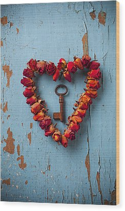 Small Rose Heart Wreath With Key Wood Print
