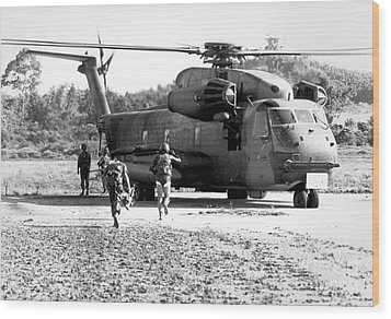 Soldiers Run To A Hh-53c Helicopter Wood Print by Stocktrek Images