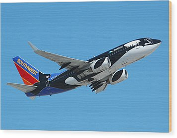 Southwest Boeing 737 Shamu At Sky Harbor April 13 2006 Wood Print by Brian Lockett