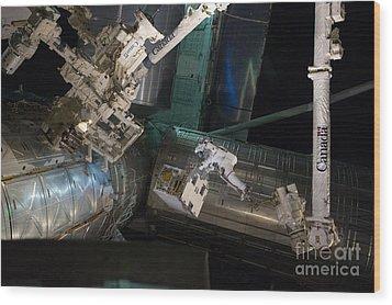 Spacewalk On Iss Wood Print by NASA/Science Source