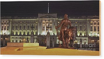 Statues View Of Buckingham Palace Wood Print by Terri Waters