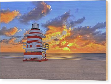 Sunrise Over Lifegaurd Stand On South Miami Beach  Wood Print