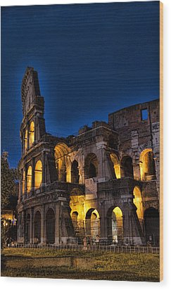 The Coleseum In Rome At Night Wood Print by David Smith
