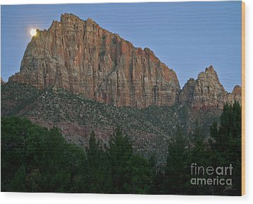Wood Print featuring the photograph The Watchman And The Moon by Suzette Kallen