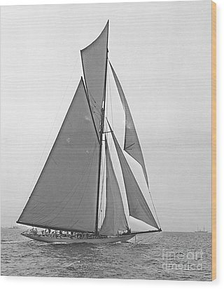 Valkyrie IIi At 2nd Mark Of 2nd Americas Cup Race 1895 Wood Print