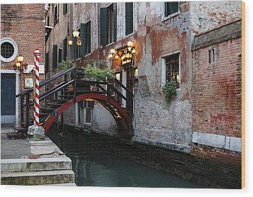 Venice Italy - The Cheerful Christmassy Restaurant Entrance Bridge Wood Print