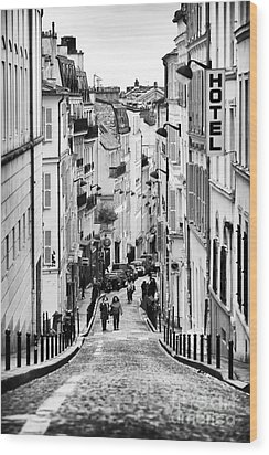 Vers Le Haut De La Rue Wood Print by John Rizzuto
