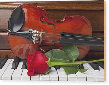 Violin With Rose On Piano Wood Print by Garry Gay