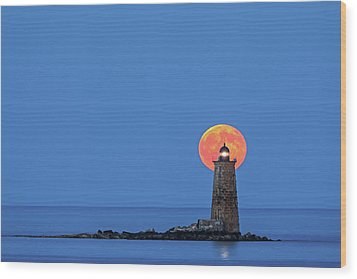 Wood Print featuring the photograph Whaleback Lighthouse With Buck Full Moon by Juergen Roth