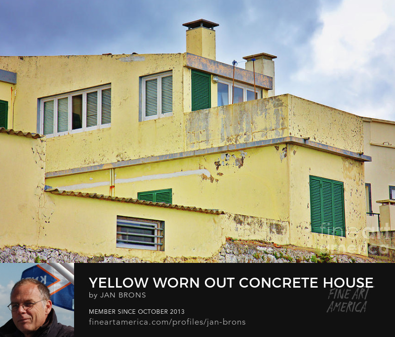 Yellow worn out concrete house - Art Online