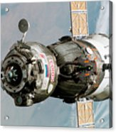Iss Expedition 11 Crew Arriving Acrylic Print by NASA / Science Source