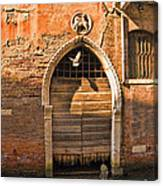 Archway With Bird In Venice Canvas Print