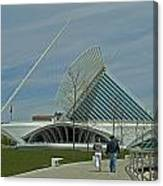 Couple In Front Of Milwaukee Art Museum Canvas Print
