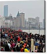 Holiday Crowds Throng The Bund In Shanghai China Canvas Print
