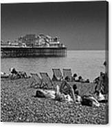 Holiday Makers On Brighton Beach Canvas Print