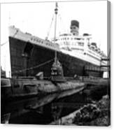 Morning Fog Russian Sub And Queen Mary 02 Bw Canvas Print