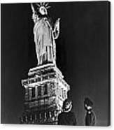 Statue Of Liberty On V-e Day Canvas Print