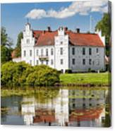 Wanas Slott With Reflection Canvas Print