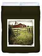 Barn In Field Duvet Cover by Les Cunliffe