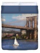 City - Ny - Sailing Under The Brooklyn Bridge Duvet Cover