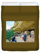 Visitors To Spruce Tree House On Chapin Mesa In Mesa Verde National Park-colorado Duvet Cover