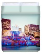Buckingham Fountain And Chicago Skyline At Night Duvet Cover