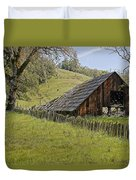 Old Barn On Highway 20 Duvet Cover
