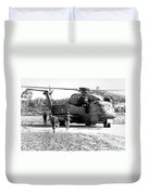 Soldiers Run To A Hh-53c Helicopter Duvet Cover