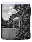 The Old Well At Chapel Hill In Black And White Duvet Cover