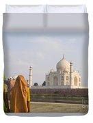 Women At Taj Mahal Duvet Cover by Bill Bachmann - Printscapes